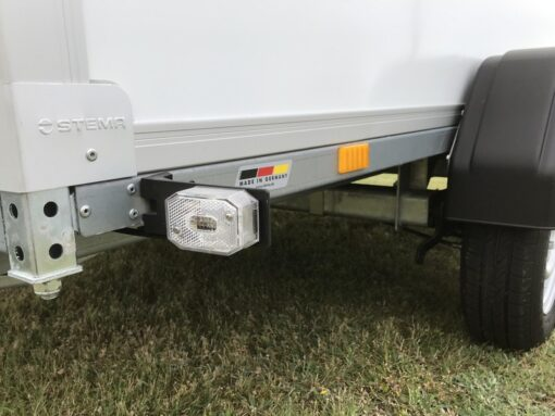 STEMA Cargo trailer 301x153x180cm 2000kg - positionslygter på gummiholder forrest