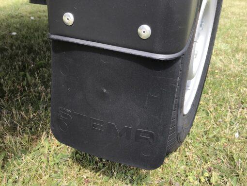 Stema REX 25 er standard monteret med stænklapper